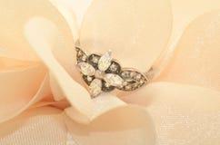 Beau vieil anneau d'argent de vintage avec les pierres gemmes de scintillement Photographie stock