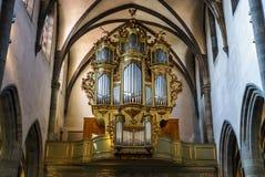 Beau vieil organe décoré par l'or photos stock