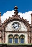 Beau vieux bâtiment d'Art Nouveau avec des horloges à Budapest, accroché Images stock