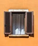 Beau vieux châssis de fenêtre avec les volets en bois bruns et le mur jaune lumineux Châssis de fenêtre rural ou antique Élément  photographie stock libre de droits