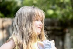 Beau vieux jouer de cinq ans blond dehors Image libre de droits