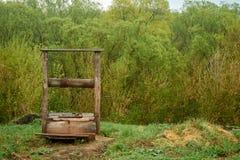 Beau vieux puits en bois dans le village ? l'arri?re-plan photos libres de droits