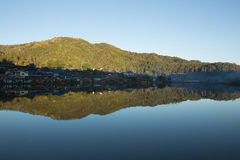 Beau village de montagne autour du lac image libre de droits