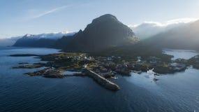Beau village de pêche de Moskenes dans la lumière de coucher du soleil, îles de Lofoten images stock