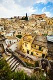 Beau village médiéval italien Ville de Matera, Italie Silhouette d'homme se recroquevillant d'affaires Images stock