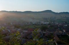 Beau village saxon de Transylvanian à la lumière du soleil de matin Photos libres de droits