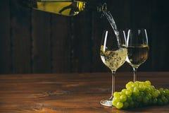 Beau vin blanc en verre de vin Photos libres de droits