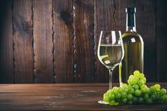 Beau vin blanc en verre de vin Image libre de droits
