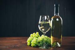 Beau vin blanc en verre de vin Images libres de droits