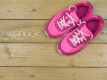 Beau vintage rose de chaussures de course du ` s de femmes sur le plancher La vue à partir du dessus Photos stock
