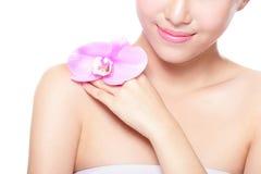 Beau visage avec les orchidées roses photos stock