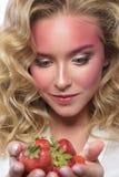 Beau visage blond de femme avec le maquillage rose photographie stock libre de droits