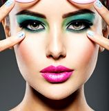 Beau visage d'une femme avec le maquillage vif vert des yeux photographie stock