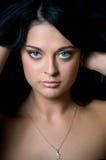 Beau visage de brunette, d'isolement sur le noir Image stock