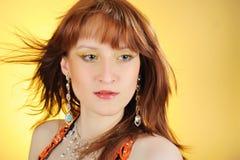 Beau visage de femme avec le renivellement arabe d'or Image libre de droits
