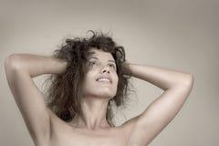 Beau visage de jeune femme avec les poils bouclés images stock