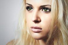 Beau visage de jeune femme Fille blonde Femme triste avec les yeux verts Images libres de droits