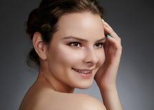Beau visage de jeune femme Soins de la peau, bien-être, station thermale Nettoyez la peau molle, regard frais sain Maquillage quo photos stock