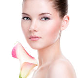 Beau visage de jeune jolie femme avec la peau saine photographie stock libre de droits