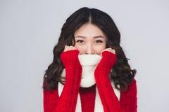 Beau visage de sourire de mannequin avec les lèvres rouges en tissu chaud photos stock