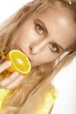 Beau visage du `s de femme avec l'orange Photo libre de droits