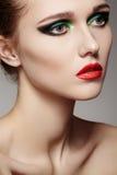 Beau visage modèle avec le renivellement de mode, languettes rouges photographie stock