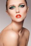 Beau visage modèle de plan rapproché avec le renivellement de mode photographie stock libre de droits