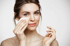 Beau visage naturel mignon de nettoyage de fille de brune avec l'éponge de coton souriant regardant l'appareil-photo au-dessus du Images stock