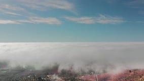 Beau vol de hyperlapse a?rien au-dessus des nuages au-dessus de la vall?e volcanique rouge Dans le cadre de la route de montagne banque de vidéos