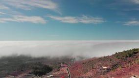 Beau vol de hyperlapse a?rien au-dessus des nuages au-dessus de la vall?e volcanique rouge une petite ville avec les maisons blan banque de vidéos