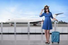 Beau voyageur asiatique avec le chapeau et la valise Photo stock