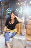 Beau voyageur asiatique de femme à l'aide du téléphone portable dans l'aéroport Images libres de droits