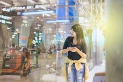 Beau voyageur asiatique de femme à l'aide du téléphone portable dans l'aéroport, mode de vie utilisant le téléphone portable Photo libre de droits