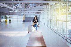 Beau voyageur asiatique de femme à l'aide du téléphone portable dans l'aéroport, mode de vie utilisant le téléphone portable Photo stock