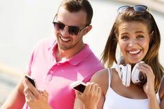 Beau week-end de dépense de couples dehors Images stock