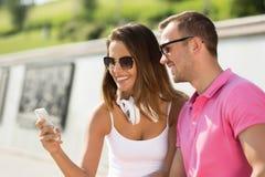 Beau week-end de dépense de couples dehors Image libre de droits