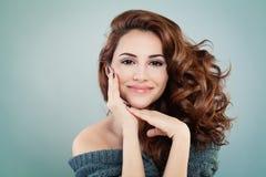 Beau Woman modèle de sourire avec la coiffure onduleuse Image stock