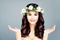 Beau Woman Showing modèle ses mains d'ouverture Photographie stock libre de droits