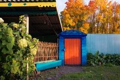 Beau yard de pays avec des ustensiles en automne photographie stock libre de droits