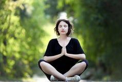 Beau yoga de brune photo stock