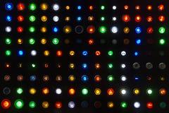 Beaucoup échantillon coloré aimable d'emblème de commutateur de lampe ou de bouton poussoir de statut en démonstration ou de mach photographie stock