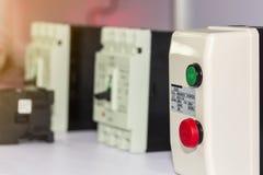 Beaucoup accessoires de commutateur marche-arrêt et de disjoncteur de matériel électrique aimable pour la table de courant électr photo stock