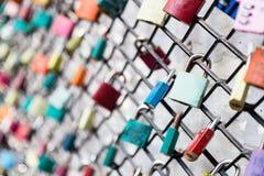 Beaucoup aiment des cadenas sur le concept de barrière avec le foyer sélectif sur une serrure blanche au premier plan Photo libre de droits