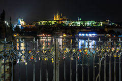 Beaucoup aiment les serrures sur la barrière, cadenas de coeur sur Charles Bridge à l'arrière-plan blured par Hradcany de Prague Photo libre de droits