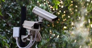 Beaucoup appareil-photo de télévision en circuit fermé dans le jardin avec la nature de vert de coucher du soleil de bokeh, sûre image libre de droits