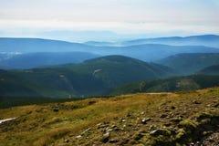 Beaucoup arête de montagne de crête de Snezka, République Tchèque Images libres de droits