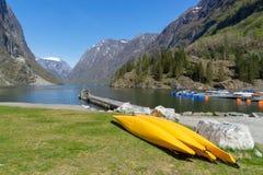 beaucoup bateau jaune de kayak plaçant sur le rivage avec le fjord de Gudvangen photos stock