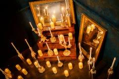 Beaucoup bougies brûlantes sur un fond reflété Image libre de droits