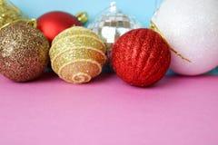 Beaucoup boules de fête décoratives de Noël de Noël de Noël brillant multicolore différent de belles, fond de jouets d'arbre de N photo libre de droits