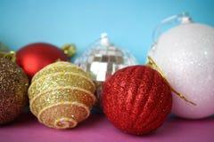 Beaucoup boules de fête décoratives de Noël de Noël de Noël brillant multicolore différent de belles, fond de jouets d'arbre de N images libres de droits